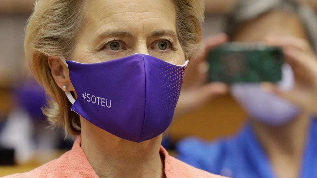 EU-kommissionens ordförande Ursula von der Leyen bar munskydd när hon anlände till Europaparlamentet i Bryssel för att hålla sitt linjetal.