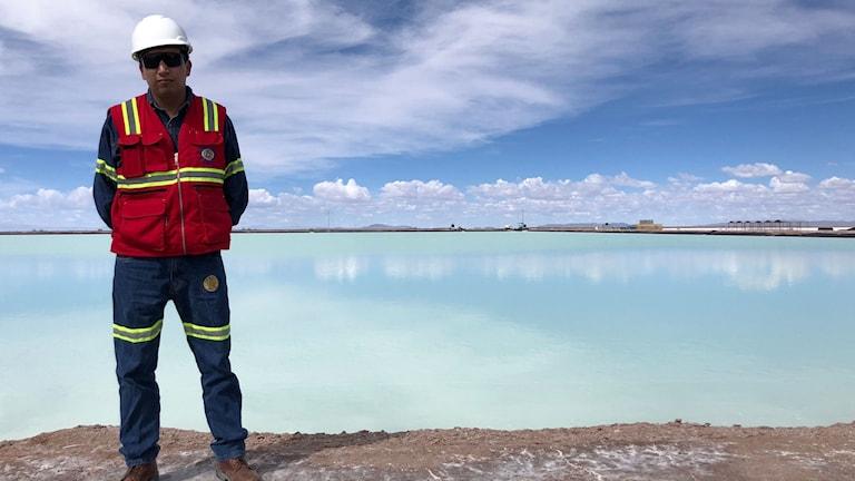 Produktionschefen Oscar Mamani framför en av de bassänger där saltlösningen blir litiumkarbonat.