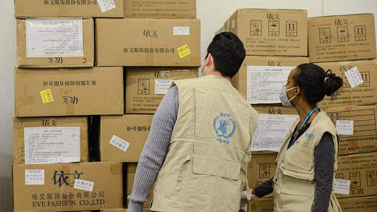 Personal för FN:s livsmedelsprogram undersöker leverans av mat.