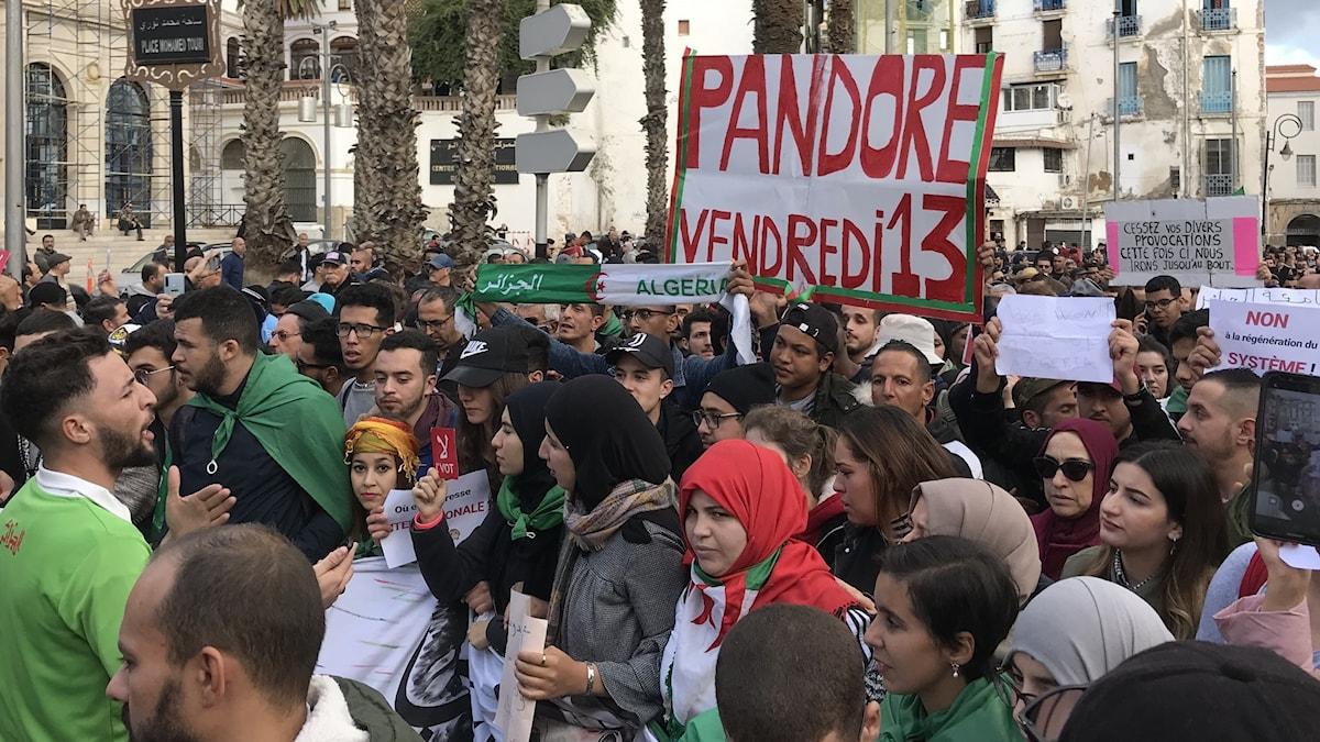 Fredag den 13:e kommer att bli som Pandoras ask står det på ett plakat i  studenternas demonstration på tisdagen.