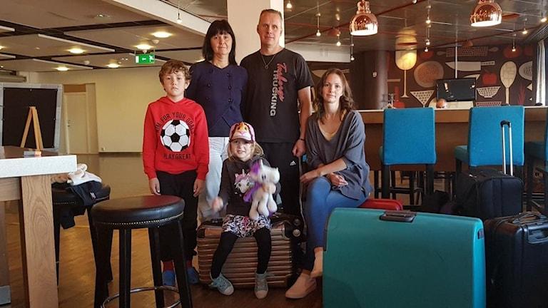 Lovisa Jensstad tillsammans med familj. De är strandade på Arlanda efter inställt flyg till Cypern.