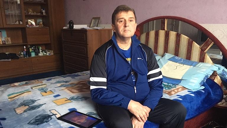 Michail Kiriljuk, på sin säng, en av få möbler som finns i det lilla rum som varit hans hem sedan 2004.