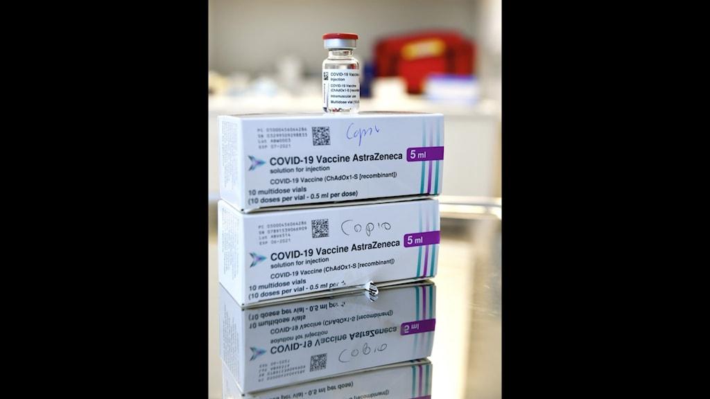 Vaccinförpackningar staplade på varandra.