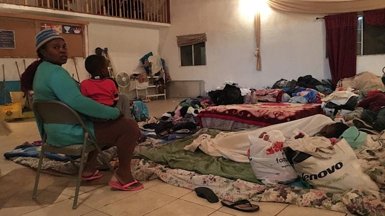 Kyrkan täcks nu av madrasser där de haitiska migranterna övernattar i väntan på att få resa över gränsen till USA.