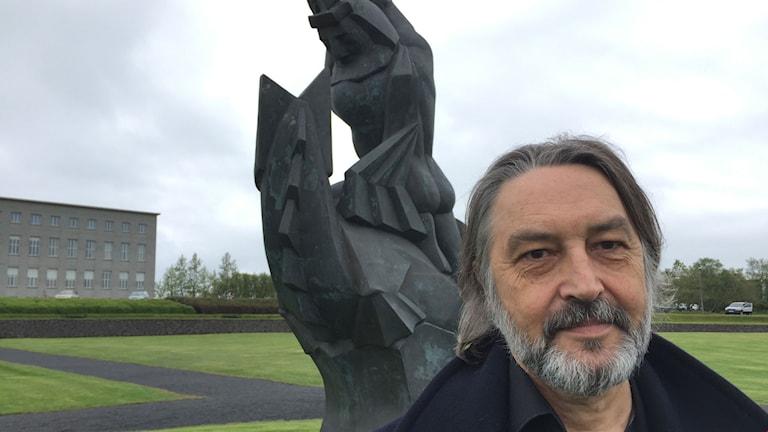 Islands levande landskap bidrar till islänningarnas öppenhet inför naturväsen, enligt folkloristprofessor Terry Gunnell.