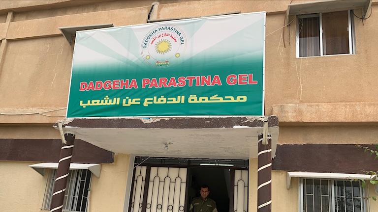 Terroristdomstol (IS) i kurdisk kontrollerade norra Syrien.