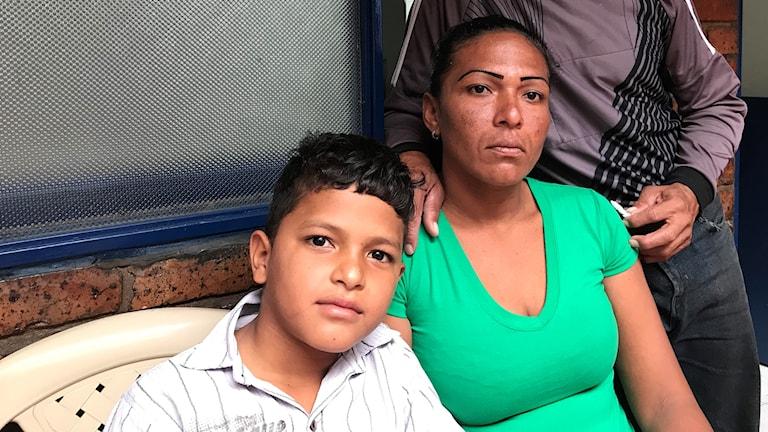 Trebarnsmamman Lenni kämpar hårt för familjen på flykt.