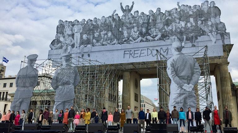 Framför Brandenburger Tor repeterar kören en sista gång inför festligheterna den 3 oktober då de ska sjunga den tyska författningen.