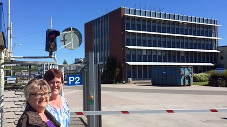 Britt-Marie Åhs Niska, Monica Annala utanför Electrolux fabriken där skylten är nedlagd.