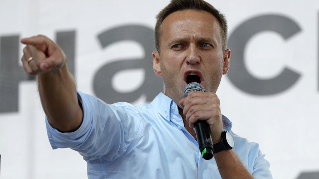 Aleksej Navalnyj med mikrofon.