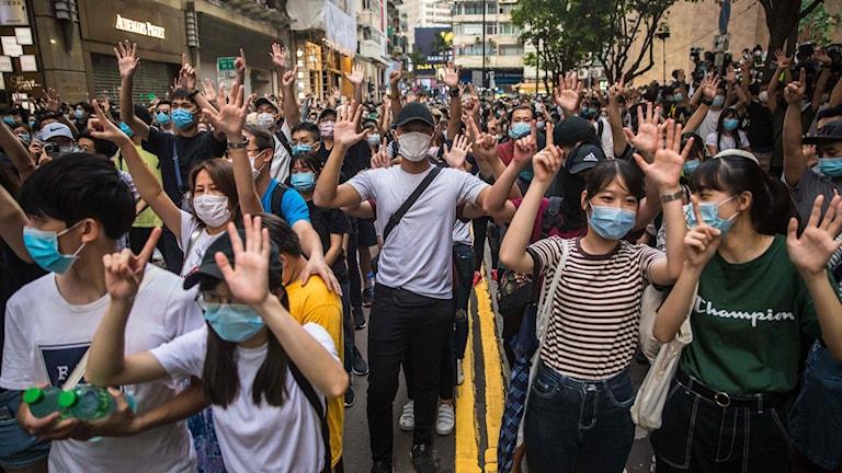 Tusentals personer har gått ut på gatorna i Hongkong efter att den kontroversiella säkerhetslagen trädde i kraft.