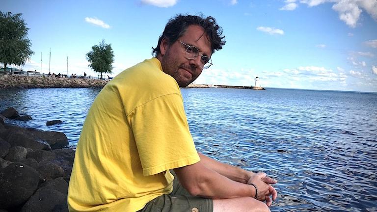 Ola Rehnman, miljöanalytiker på Sveriges Lantbruksuniversitet, vid Vättern. Han är en av de forskare som just nu undersöker hur fiskarna mår i Sveriges näst största sjö.