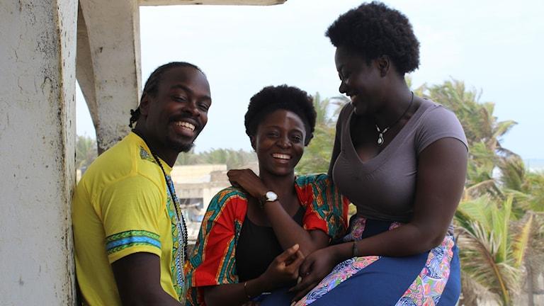 Stevie Nii Adu Mensah, Taylor Mercy och Amanda Kwakye, på Stevies terass i Nungua, Accra.