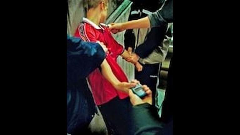 Ungdomar rånar en pojke på hans mobiltelefon. Bilden är arrangerad. Foto: Magnus Jönsson/PRESSENS BILD