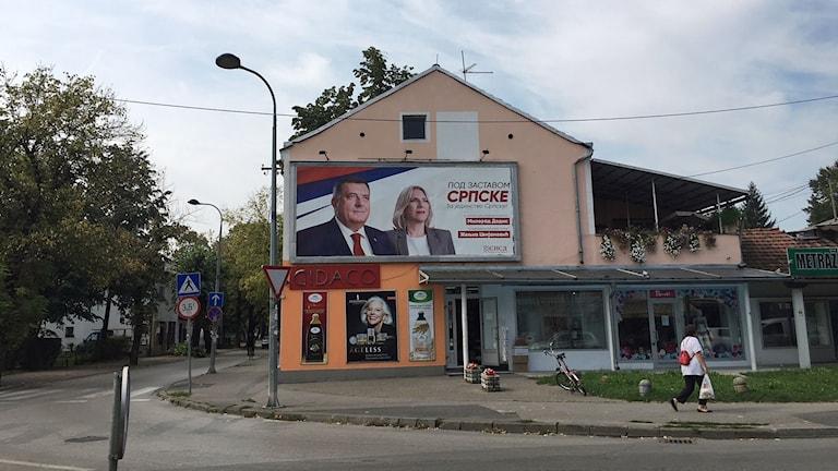 Milorad Dodik, på valaffischen tillsammans med den Bosnienserbiska republikens regeringschef, vill nu bli president för hela Bosnien-Hercegovina.