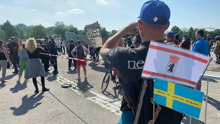 På demonstrationer mot restriktionerna som införts till följd av Corona-pandemin lyfter många demonstranter fram Sverige som en förebild. Men uppfattningen om Sveriges strategi splittrar världen.