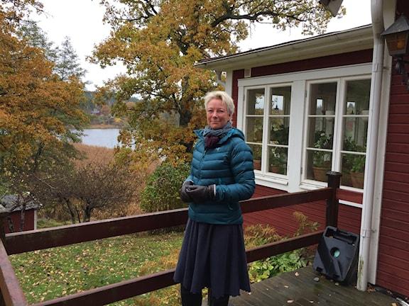 Carina Bagge vid sitt hus i Vidja, Huddinge