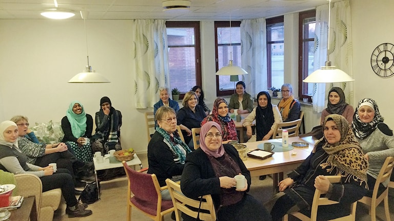 Varje onsdag träffas kvinnogruppen i Skutskär. Mötena har gjort att de nyanlända kvinnorna har blivit vänner med kvinnor som bott länge i Skutskär. Skutskärskvinnorna har varit med dem på badhuset för att lära dem att simma och de har åkt och shoppat tillsammans.