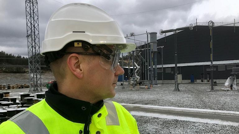 Christer Gilje på Statnett blickar ut över omvandlarstationen som tekniskt ska möjliggöra överföringen av el mellan Norge och tyskland.