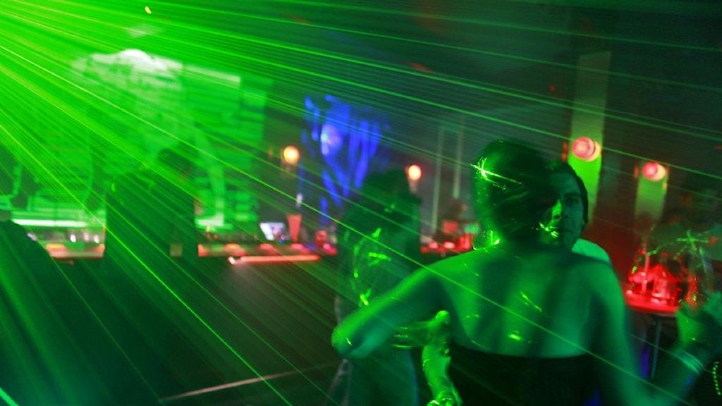 Ungdomar på nattklubb.