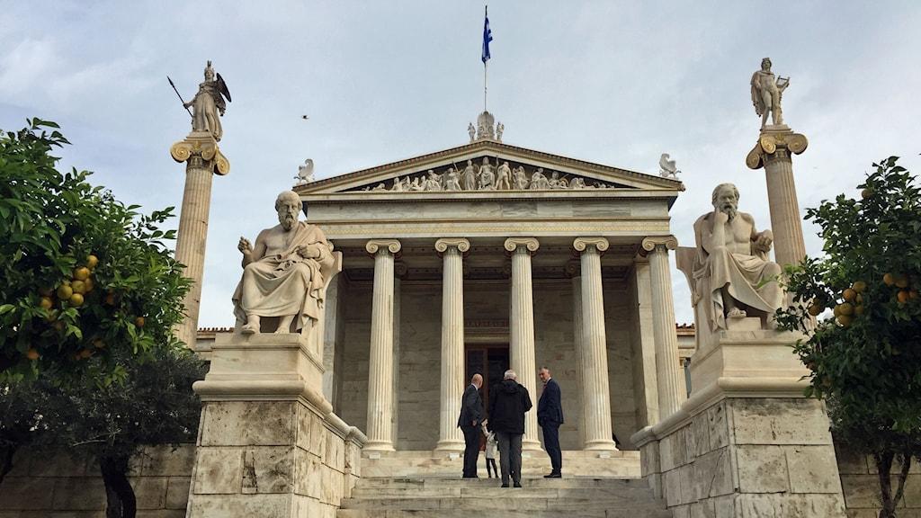 Statyer av Platon och Sokrates flankerar ingången till Atens akademi.