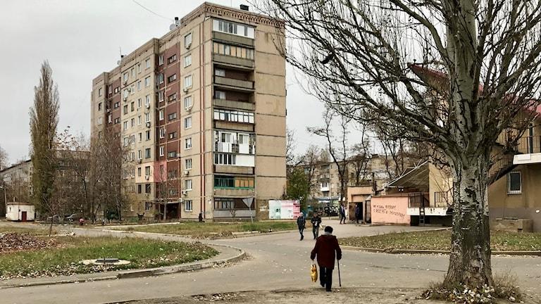 -- Mediciner blir dyrare, allt blir dyrare, men hur är det med våra pensioner, om de skulle höja dem också, säger Valentina innan hon vandrar hem i staden Avdiika.