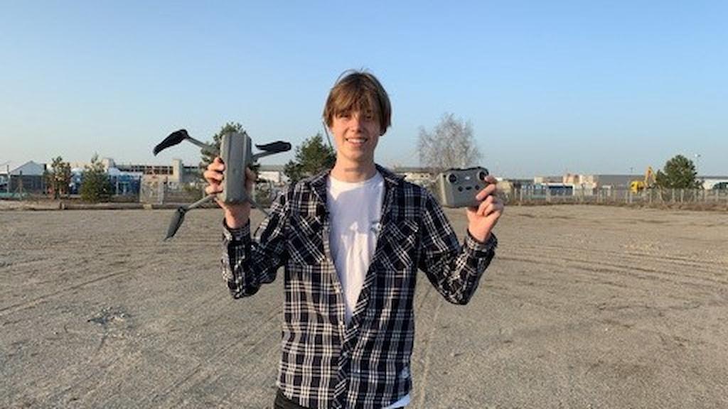 Silas Heineken, 14-åringen som gjort sig ett namn som The Tesla Kid, med sina drönarvideos på fabriksbygget.