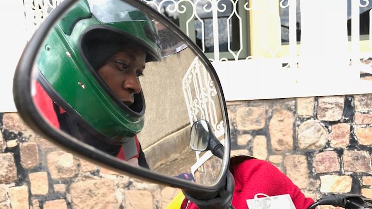 Dorcas Tuiseng, en av Kigalis bara tre kvinnliga mc-taxiförare.
