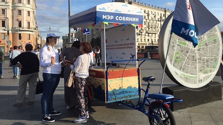 Volontärer kampanjar för sittande borgmästare Sergej Sobjanin på Pusjkintorget i Moskva.