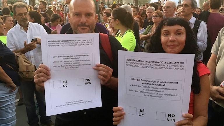 Luis López och Nathi Nacenta demonstrerar i Barcelona för rätten att hålla en folkomröstning.