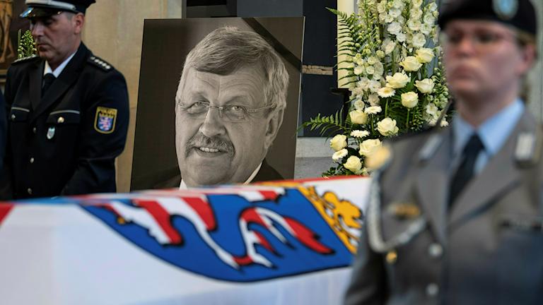 Bild på Walter Lübcke bakom hans kista under begravning.