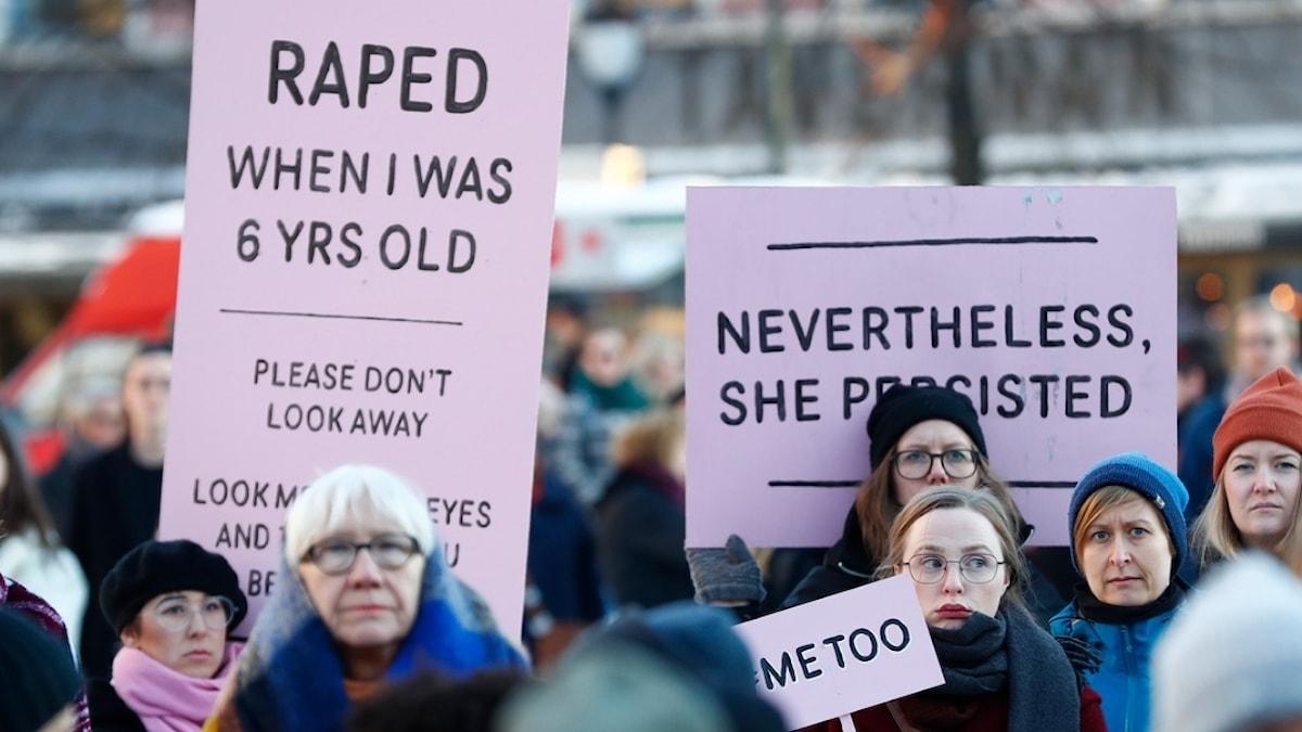 Demonstration med metoo-skyltar.