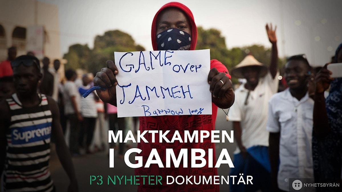 """Bild på en demonstrant med en skylt med texten """"Game over Jammeh"""""""