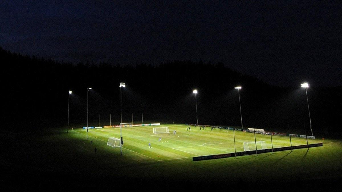 Fotbollsplan på kvällen. Foto: Franck Fife/AFP/Scanpix