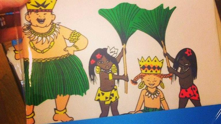 Motivet på Pippi-gardinen visar två svarta barn som fläktar Pippi med stora blad.