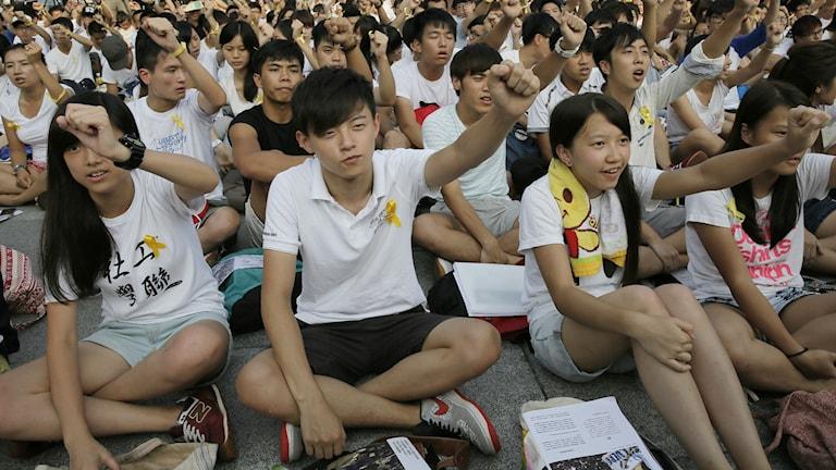 Tusentals studenter protesterar tillsammans i Hong Kong. Foto:Vincent Yu/TT