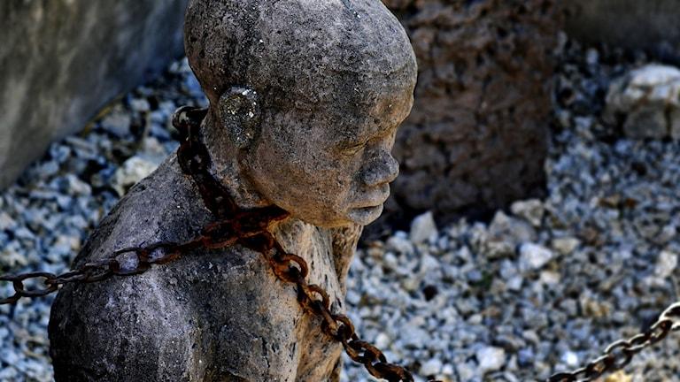En stenstaty föreställande en slav.