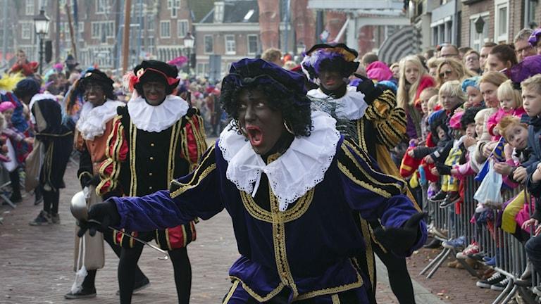 Zwarte Piet, Svarte Petter, vid Sinterklaasfirande i Nederländerna 2013. Foto: Peter Dejong/TT