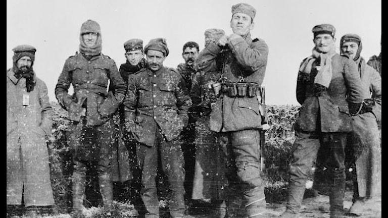 Brittiska och tyska soldater slutade skjuta för att istället spela fotboll. Foto: Wikipedia, public domain