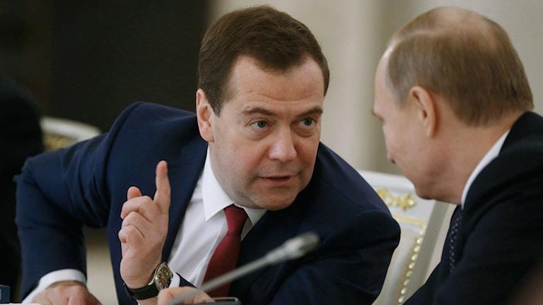 Rysslands premiärminister Dmitry Medvedev till vänster Bild: Alexei Druzhinin/TT