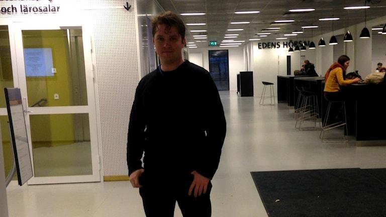 Arvid Erlandsson har undersökt hur folk i Sverige skänker pengar. Foto: Martina Pierrou/SR
