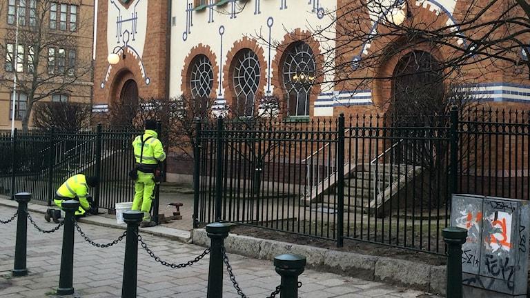 Stängsel sätts upp runt synagogan i Malmö. Foto: Anton Kalm/SR