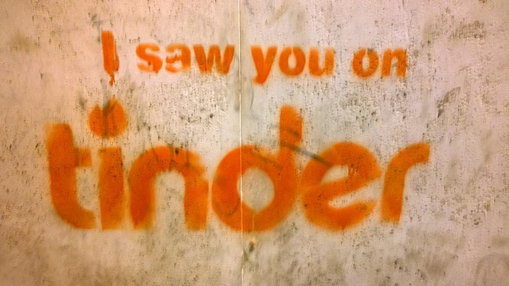 """Texten I saw you on tinder på en stenvägg Foto: """"i saw you on tinder"""" Trastevere 2014, Denis Bocquet (flickr.com/photos/66944824@N05/) licens CC BY 2.0"""
