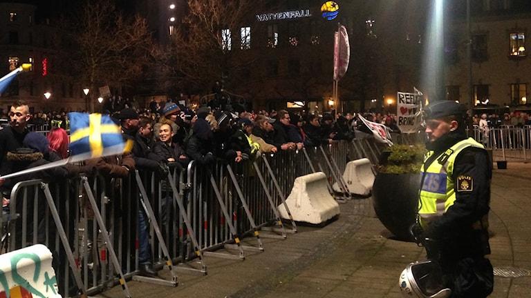 Stor polisbevakning när Pegida höll sitt första möte i Sverige. Foto: Martina Pierrou/P3 Nyheter