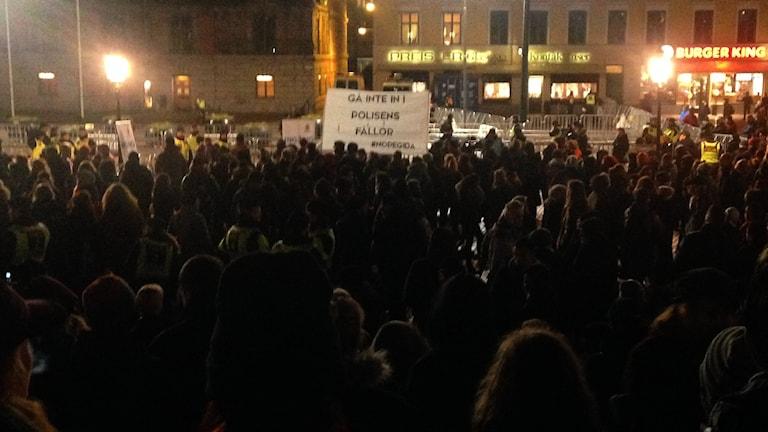 Tusentals motdemonstranter protesterar mot Pegida i Malmö. Foto: Martina Pierrou/P3 Nyheter