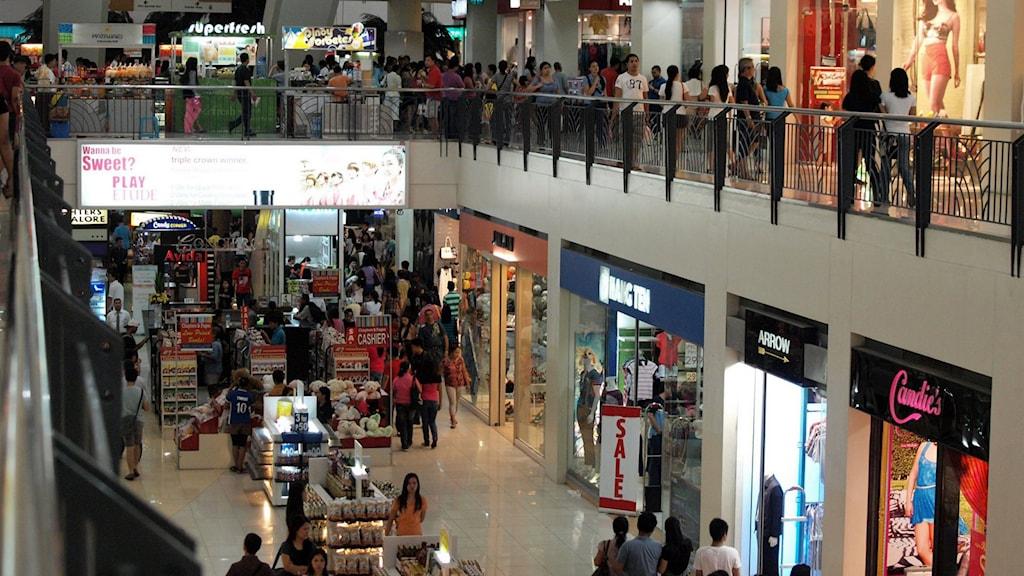 Folk som handlar i en galleria. Foto: Shopping in Market! Market!, Roberto Verzo (flickr.com/photos/verzo/) licens CC BY 2.0