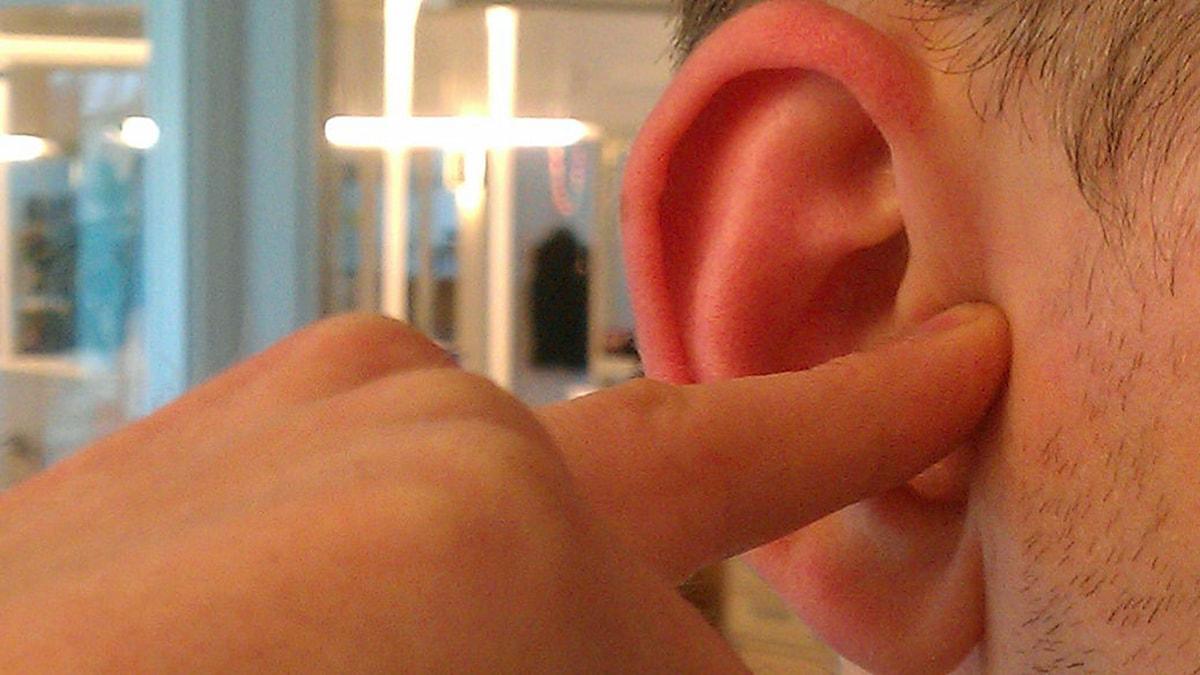 Bild på ett öra. Foto: Peter Öberg/Sveriges Radio.