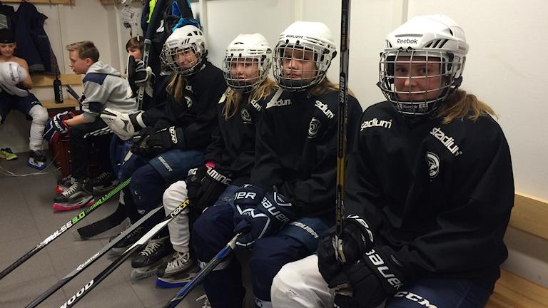 Elin och hennes tjejkompisar laddar för träningen ihop med killkompisarna. Foto: Lars-Peter Hielle/Sveriges Radio