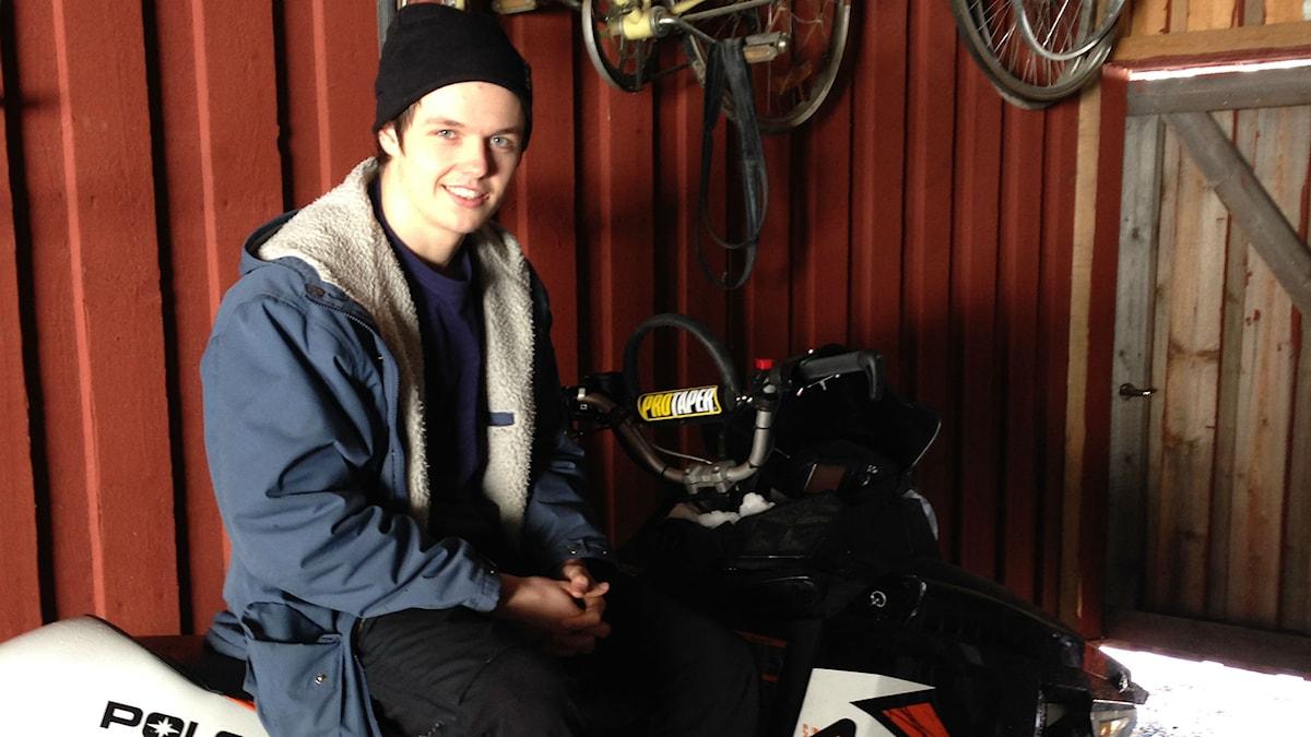 Oskar Lundberg i Piteå sitter på sin snöskoter