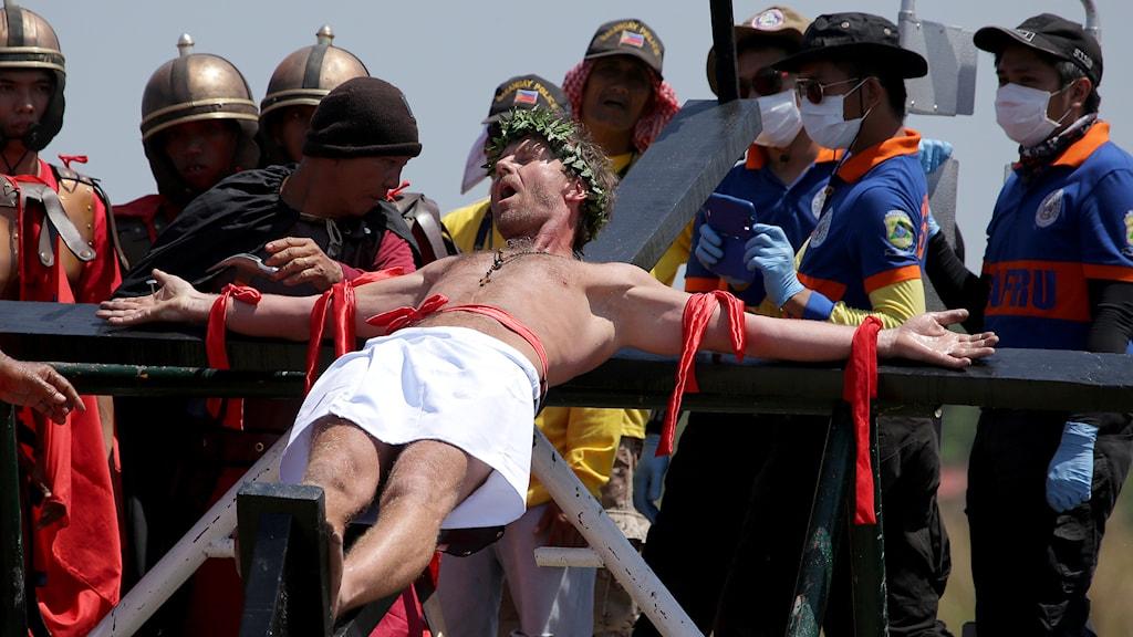 Dansken Lasse Spang Olsen blir uppspikad på ett kors i Filippinerna 2014